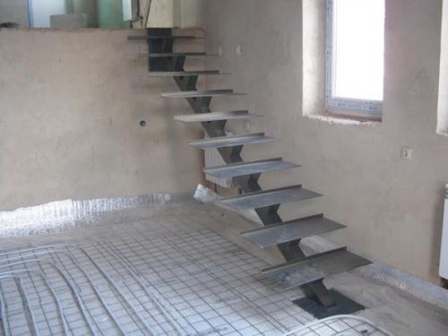Лестница на одном металлическом косоуре с деревянными ступенями. Технические характеристики лестницы из металла на косоуре