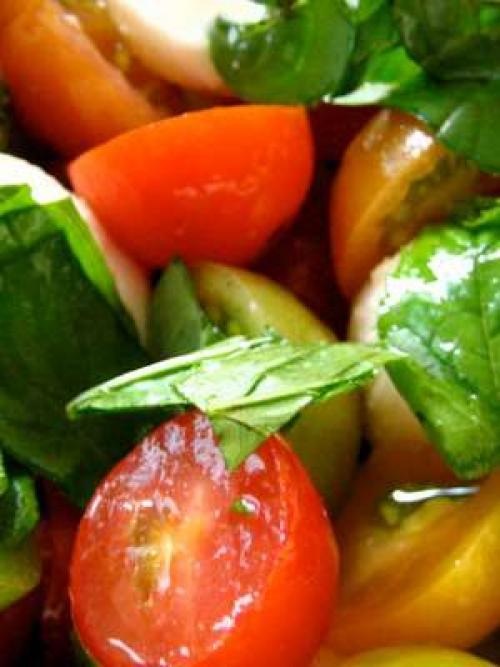 Салат с базиликом. Легкий салат с помидорами и базиликом, базовый рецепт микса