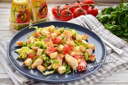 Салат цезарь с курицей и пекинской капустой помидорами и сухариками. Цезарь с курицей и пекинской капустой — очень вкусный салат