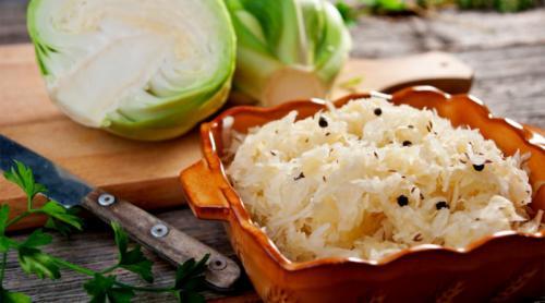Яблоки в капусте квашеной. Квашеная капуста быстрого приготовления хрустящая и сочная.